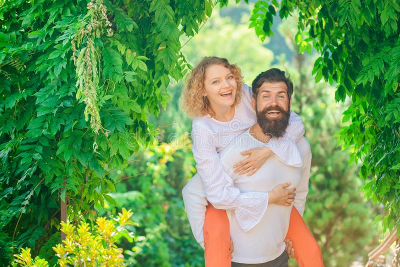 De mooie jonge sensuele hartelijke man van de vrouwenliefde Tevreden meisje en vriend die van romantisch ogenblik genieten stock fotografie