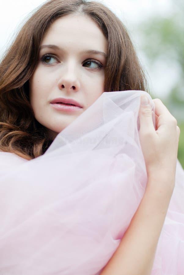 Mooi sensueel meisje met witte zijdesjaal in openlucht royalty-vrije stock afbeeldingen