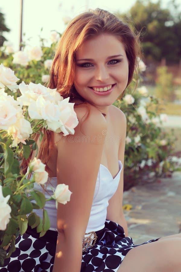 De mooie jonge sensuele vrouw kijkt in de tuin in de zomer. uitstekende foto royalty-vrije stock foto