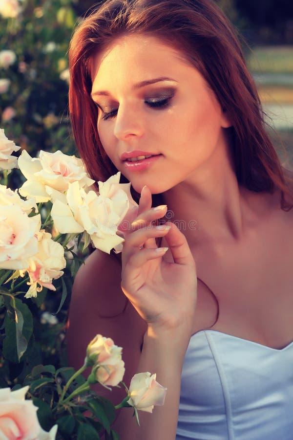 De mooie jonge sensuele vrouw kijkt in de tuin in de zomer. uitstekende foto royalty-vrije stock afbeeldingen