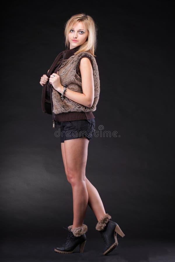 De mooie Jonge sexy vrouw die van het portret bont draagt stock foto's