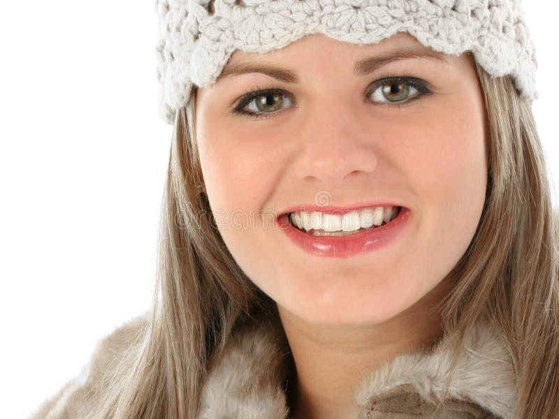 De mooie Jonge Vrouw breit binnen Hoed en Bont In orde gemaakte Laag royalty-vrije stock afbeelding