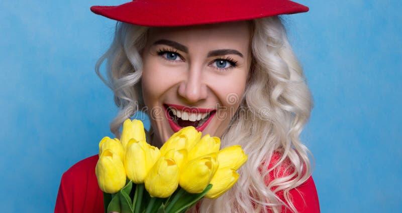 De mooie Jonge Vrouw is Gelukkige Bloemen Het concept van de lente royalty-vrije stock foto's