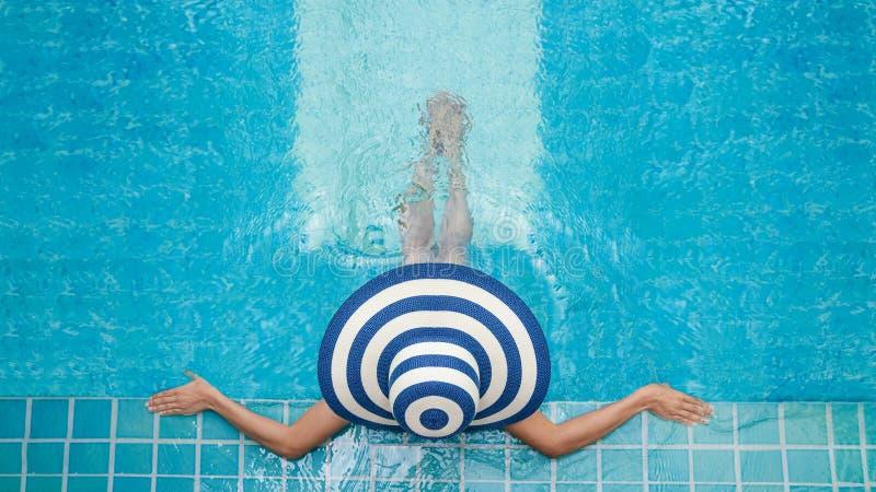 De mooie jonge vrouw in kuuroord in Jacuzzi, Vrouwen ontspant bij poolside, Vrouw het ontspannen in zwembadkuuroord, ontspant poo stock afbeelding