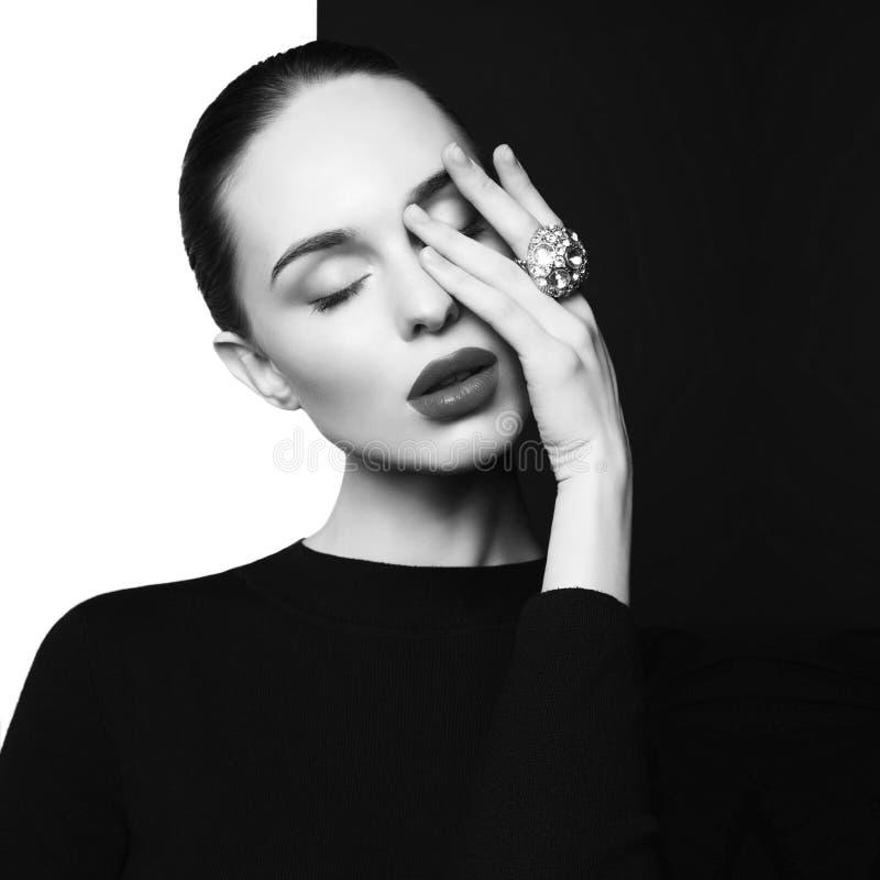 De mooie jonge vrouw met grote ring stelt in studio stock afbeeldingen