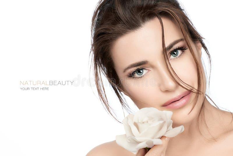 De mooie jonge vrouw met wit nam toe Skincare en gezond de kosmetiekconcept stock foto's