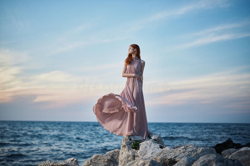 De mooie jonge vrouw rust op het overzees, oceaan, strand, water, vakantie stock foto's