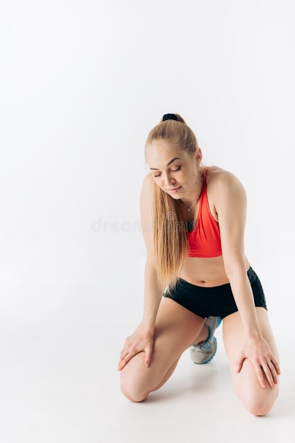 De mooie jonge vrouw rust tijdens training royalty-vrije stock fotografie