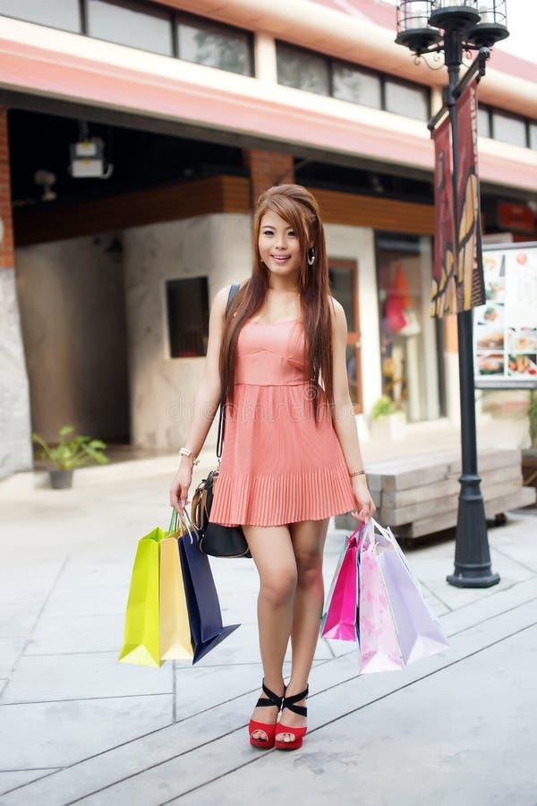 Download De Mooie Jonge Vrouw Toont Een Extatische Uitdrukking Terwijl Het Houden Stock Foto - Afbeelding bestaande uit meisjes, modern: 29502916
