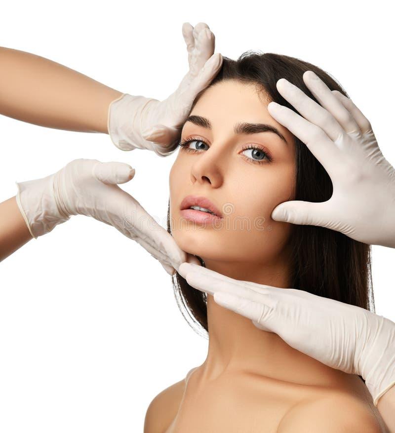 De mooie jonge vrouwengezicht plastische chirurgie en de arts dienen medische handschoenen in royalty-vrije stock fotografie