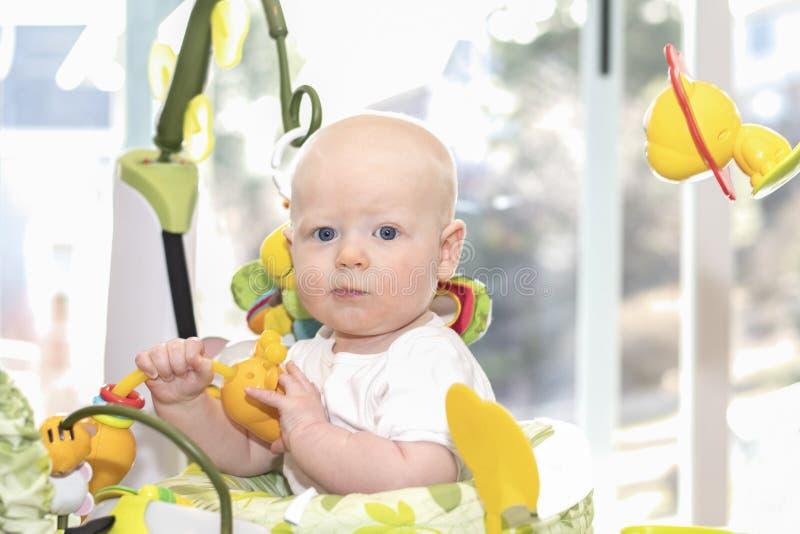 De mooie Jongen van de 6 Maandbaby in Jumper Playing With Toys Looking bij Camera het Glimlachen royalty-vrije stock fotografie