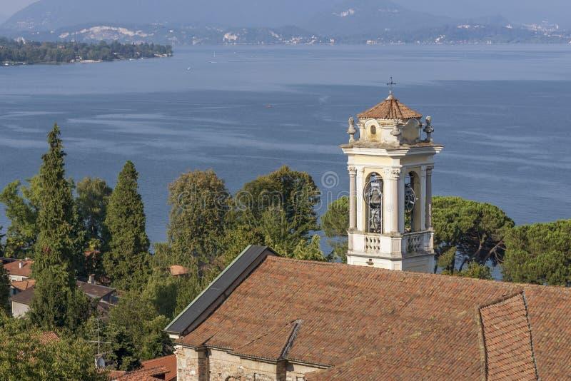 De mooie Kerk van Santa Margherita in Meina, die het meer van Maggiore, Novara, Italië over het hoofd ziet stock afbeelding