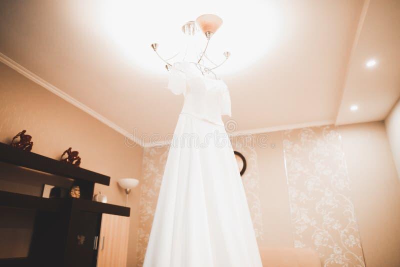 De mooie kleding van het bruidhuwelijk, spruit van de studio de binnenfoto royalty-vrije stock fotografie