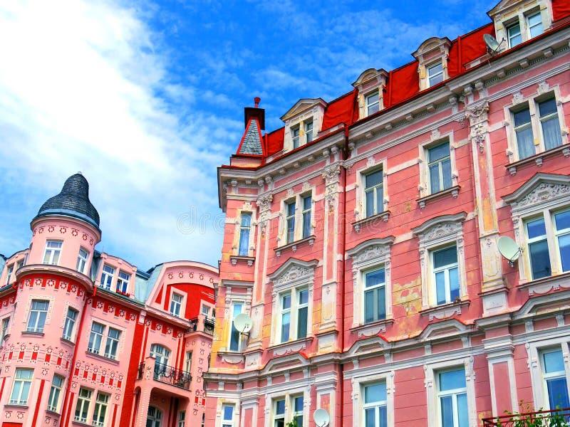 De mooie kleurrijke architectuur van Karlovy varieert in Tsjechische Repub stock fotografie