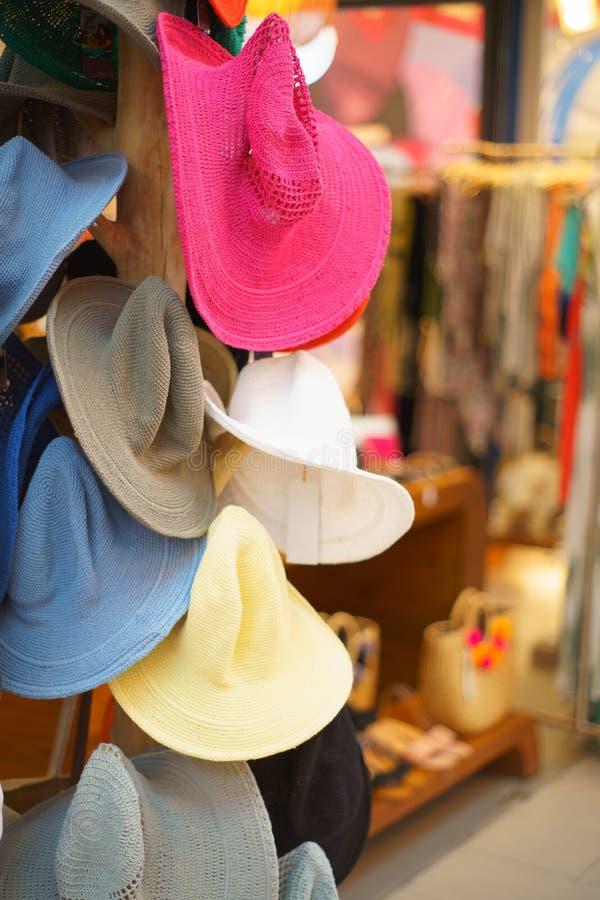 De mooie kleurrijke manierhoeden die hangen voor verkopen stock afbeeldingen