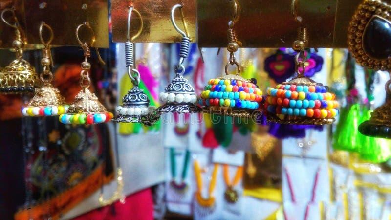 De mooie kleurrijke oorringenjuwelen royalty-vrije stock afbeelding