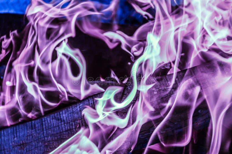De mooie kleurrijke vlam lilac violette tongen van brand voeren magisch uitdagingsritueel, het gas van het experimenten het weten royalty-vrije stock afbeelding