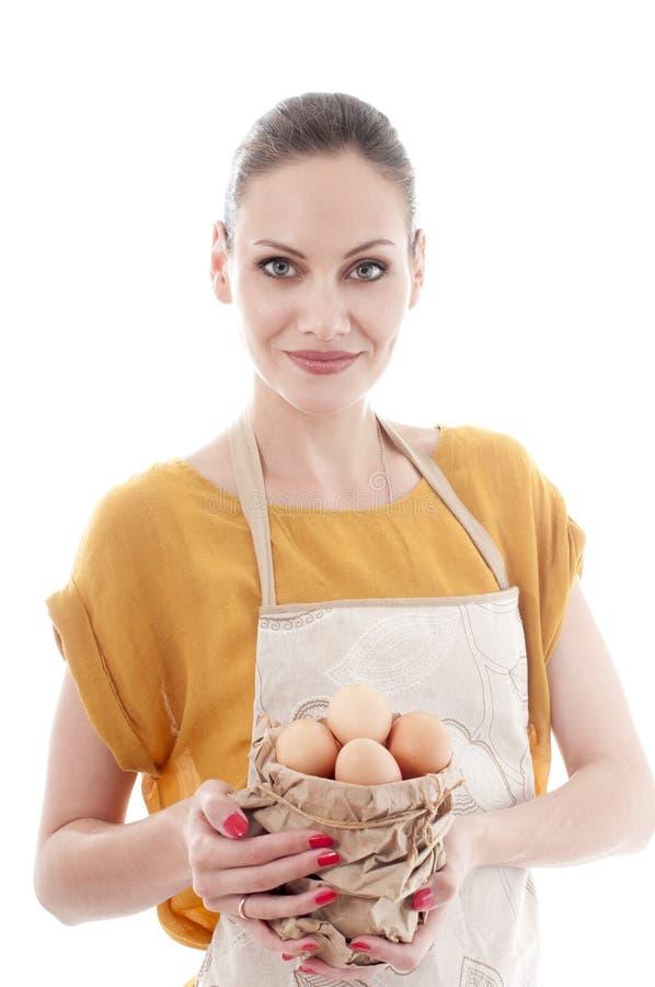 De mooie kom van de vrouwenholding met kippeneieren stock foto