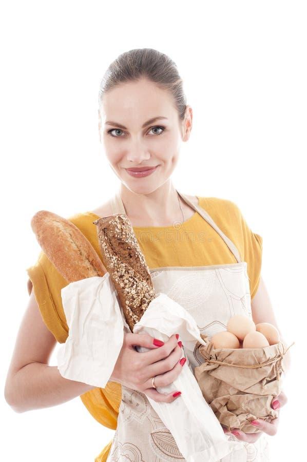 De mooie kom van de vrouwenholding met kippeneieren en baguette stock afbeeldingen