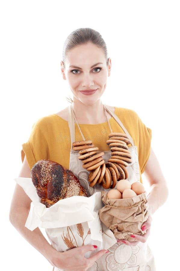 De mooie kom van de vrouwenholding met kippeneieren en baguette stock fotografie