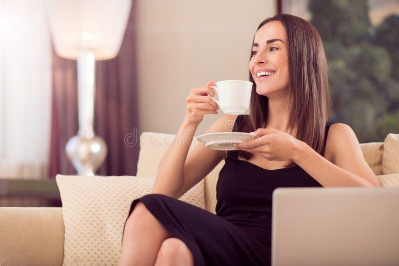De mooie kop van de vrouwenholding van koffie royalty-vrije stock afbeeldingen