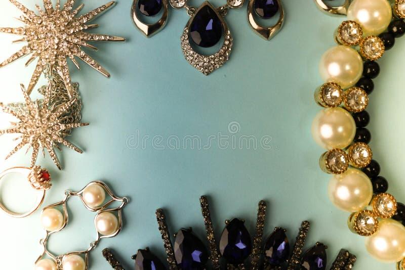 De mooie kostbare glanzende reeks van juwelen in betoverende juwelen, halsband, oorringen, ringen, kettingen, broches met parel stock afbeelding