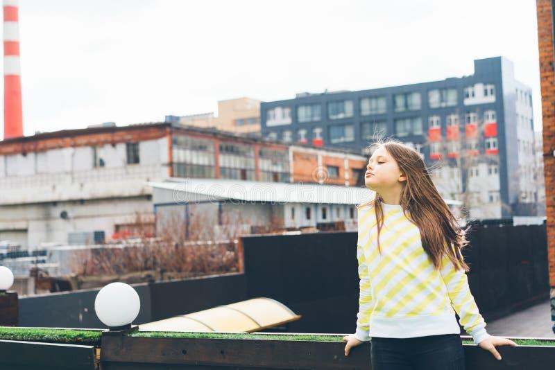 De mooie langharige tiener van het tienermeisje in gele kleren royalty-vrije stock afbeeldingen