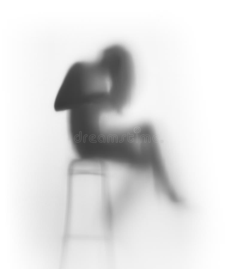 De mooie langharige vrouw zit op stoel royalty-vrije stock fotografie
