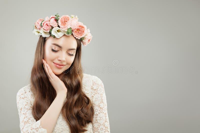 De mooie Lente ModelWoman met Krullend Haar, Gezonde Huid, Make-up en Bloemen Gezondheidszorg en Skincare-Concept stock afbeelding