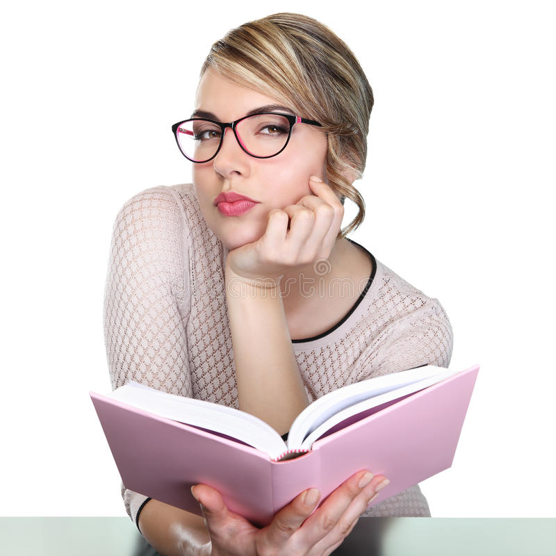 De mooie leraar met boek bekijkt camera stock foto