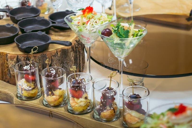 De mooie lijst van het cateringsbanket met verschillende die voedselsnacks en voorgerechten voor vieringspartij worden verfraaid, stock afbeelding