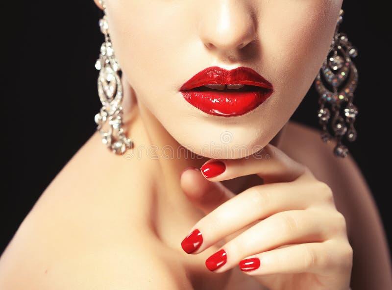 De mooie lippen sluiten omhoog Rode lippenstift Zwarte achtergrond stock fotografie