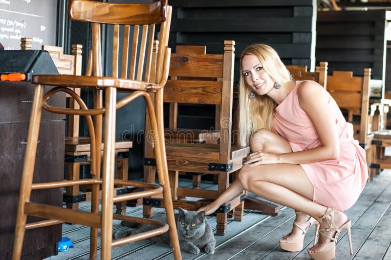 De mooie manier gir in roze kleding hielde hoog schoenen Strijkend a royalty-vrije stock fotografie