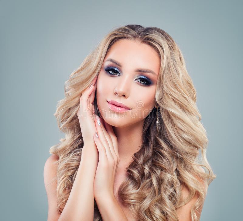 De mooie mannequin van de blondevrouw met lang krullend haar royalty-vrije stock fotografie