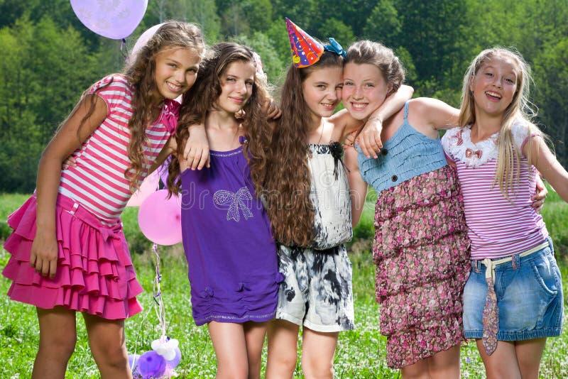 De mooie meisjes in de zomer parkeren in openlucht royalty-vrije stock afbeeldingen