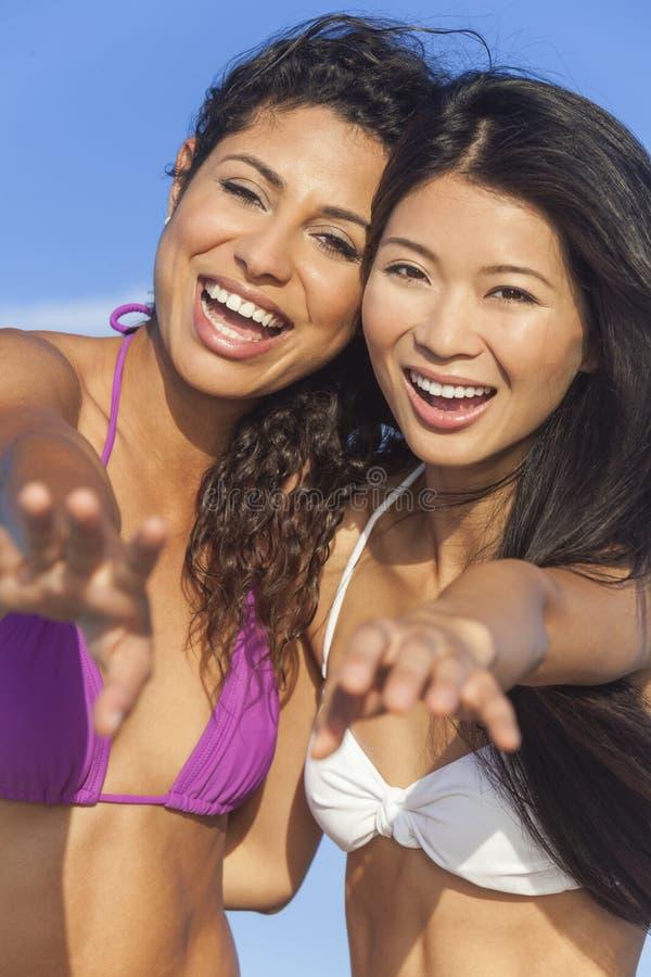 De mooie Meisjes die van Bikinivrouwen bij Strand lachen stock afbeeldingen