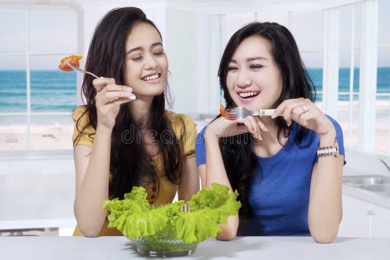 De mooie meisjes eet gezond voedsel in keuken royalty-vrije stock fotografie