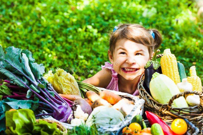 De mooie meisjesspelen met groenten stock afbeelding