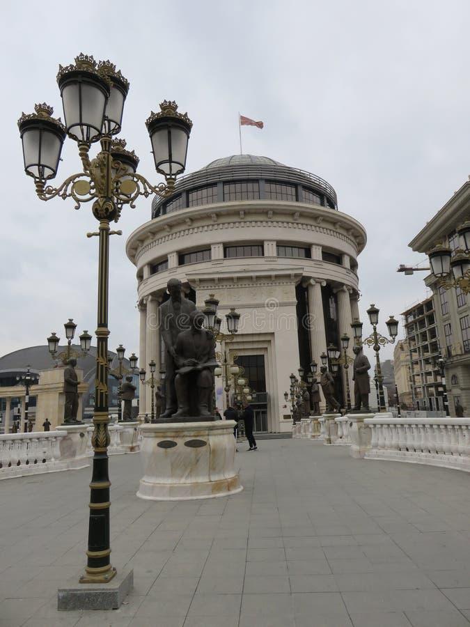 De mooie mening aan standbeelden en de straatlantaarn op Kunst overbruggen in Skopje, Macedonië royalty-vrije stock foto
