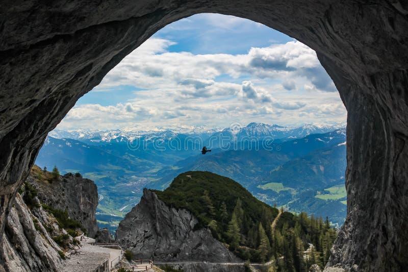 De mooie mening die uit het hol in Eisriesenwelt dichtbij Werfen in Oostenrijk bekijken royalty-vrije stock foto