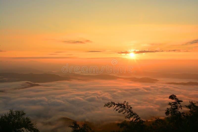 De mooie mening die van de landschapsberg bij zon met mist toenemen royalty-vrije stock afbeelding