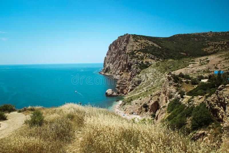 De mooie mening van Balaklava-berg de bergen en het overzees van de Krim Het overzeese landschap van de berg en stock fotografie