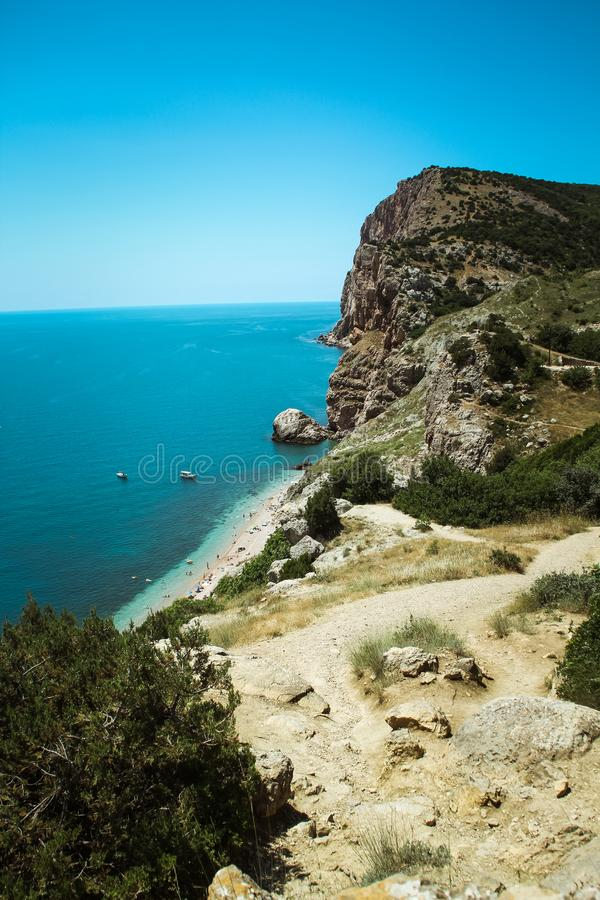 De mooie mening van Balaklava-berg de bergen en het overzees van de Krim Het overzeese landschap van de berg en royalty-vrije stock afbeeldingen