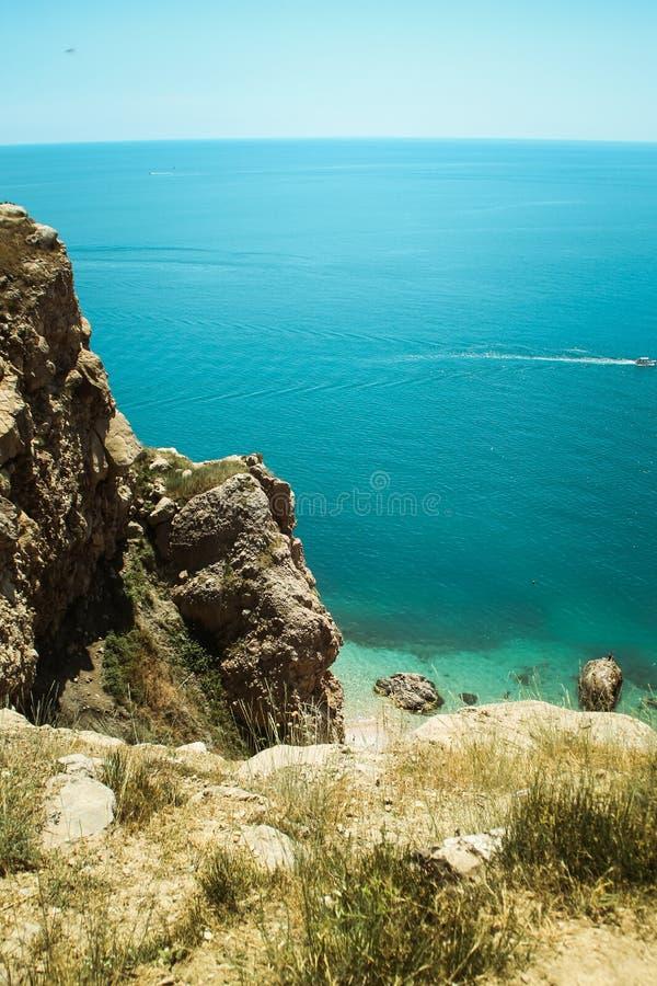 De mooie mening van Balaklava-berg de bergen en het overzees van de Krim Het overzeese landschap van de berg en stock afbeelding
