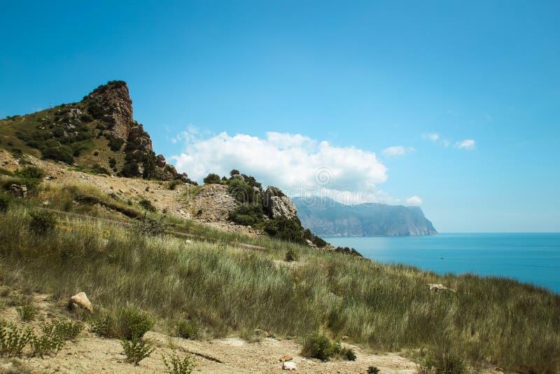 De mooie mening van Balaklava-berg de bergen en het overzees van de Krim Het overzeese landschap van de berg en stock foto