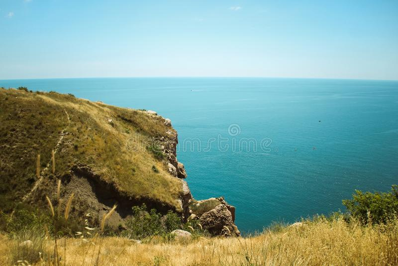 De mooie mening van Balaklava-berg de bergen en het overzees van de Krim Het overzeese landschap van de berg en royalty-vrije stock foto