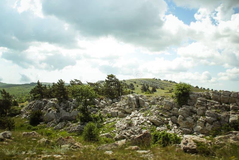 De mooie mening van berg AI-Petri de bergen en het overzees van de Krim Het overzeese landschap van de berg en stock fotografie