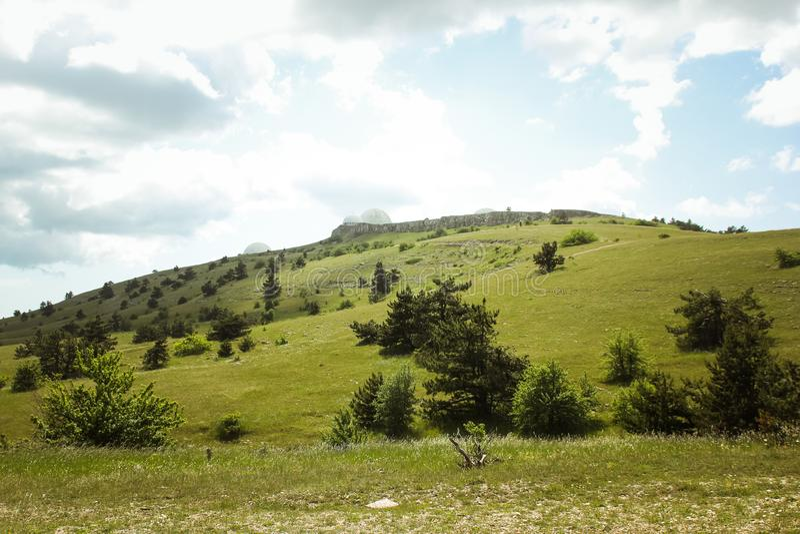 De mooie mening van berg AI-Petri de bergen en het overzees van de Krim Het overzeese landschap van de berg en stock afbeelding