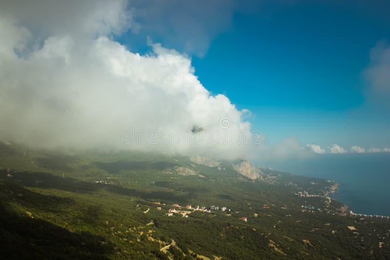 De mooie mening van berg AI-Petri de bergen en het overzees van de Krim Het overzeese landschap van de berg en stock afbeeldingen