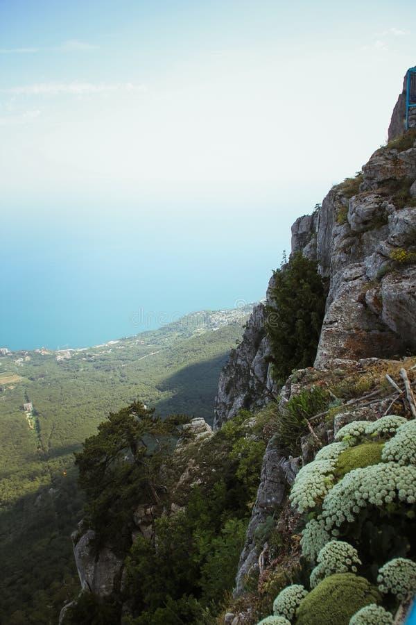 De mooie mening van berg AI-Petri de bergen en het overzees van de Krim Het overzeese landschap van de berg en royalty-vrije stock afbeelding